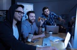 Programmeurs beaux positifs ayant l'amusement Photographie stock libre de droits