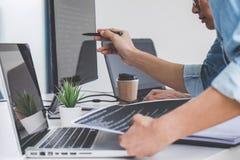 Programmeurs die bij het Ontwikkelen van programmering en website samenwerken wo stock foto's