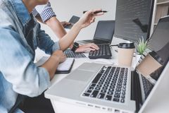 Programmeurs die bij het Ontwikkelen van programmering en website samenwerken wo royalty-vrije stock foto's