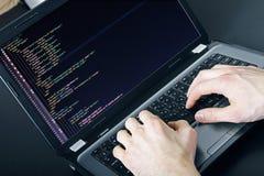 Programmeursberoep - het schrijven programmeringscode inzake laptop royalty-vrije stock afbeeldingen