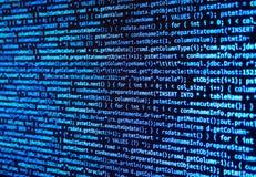 Programmez le code de données d'ordinateur de source sur l'écran de moniteur sur le bleu illustration stock