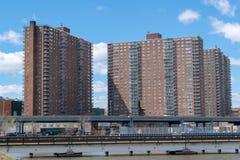 Programmi di costruzione di alloggi di NYC sulla 145th via e boulevard di Malcolm X in Harlem, visto dal Bronx, New York, U.S.A. fotografia stock libera da diritti
