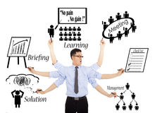 Programmi o multitaskings quotidiani occupati dell'uomo d'affari Immagini Stock