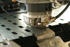 Programmierbare lochende Maschine, Abschluss oben lizenzfreies stockfoto