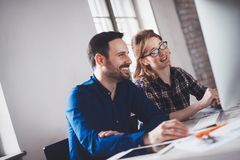 Programmierer, der in einem sich entwickelnden Büro der Software Firmenarbeitet stockfoto