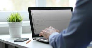 Programmierer, der an Laptop im Büroschreibensprogrammiercode arbeitet stock video