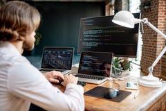 Programmierer, der mit Programmcode arbeitet lizenzfreie stockfotos