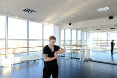 Programmierer in der Sportkleidung, die Gymnastik tut, um Probleme mit zu vermeiden lizenzfreie stockfotografie