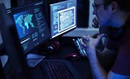 Programmierer, die an Computerprogramm arbeiten lizenzfreie stockbilder