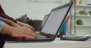 IT-Programmierer, die Linien von HTML-Code auf Laptops schreiben stock footage