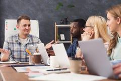 Programmierer, die in sich entwickelnder Firma der Software arbeiten lizenzfreies stockfoto