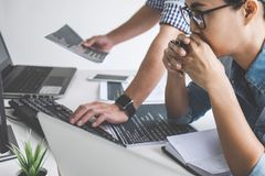 Programmierer, die an sich entwickelnder Programmierung und an Website wo zusammenarbeiten stockfotografie