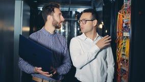 Programmierer sprechen in einem Serverraum, Abschluss oben stock video
