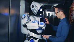 Programmierer steuert einen Roboter in einem Serverraum, Abschluss oben stock video