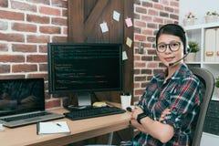 Programmierer verantwortlich für Netzwerksicherheitsemission von wertpapieren stockfotos