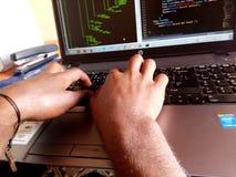 Programmiererschreibenscode Lizenzfreie Stockfotos
