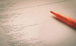 Programmiersprache Pythonschlange auf Papier stockbild