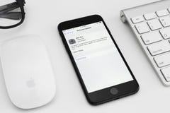 Programuppdatering för iOS för skärm för visning för IPhone 7 matte svart till 10 1 Arkivbild