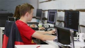 Programvarubärare som arbetar i kontoret arkivfilmer