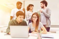 Programvarubärare som ett lag i affärskontoret arkivbilder