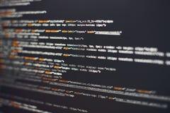Programvarubärare som programmerar kod Abstrakt datorskriftkod Selektivt fokusera Arkivbilder