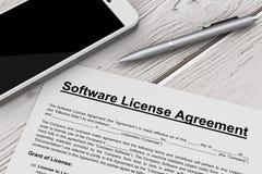 Programvarulicensöverenskommelse med mobiltelefonen och pennan renderi 3D Fotografering för Bildbyråer
