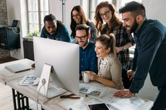 Programvaruteknikerer som arbetar på projekt royaltyfri bild