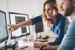 Programvaruteknikerer som arbetar på projekt och programmerar i företag royaltyfria foton