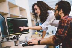 Programvaruteknikerer som arbetar på projekt och programmerar i företag arkivfoton