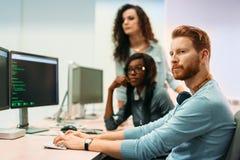 Programvaruteknikerer som arbetar på projekt och programmerar i företag arkivbilder