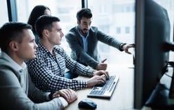 Programvaruteknikerer som i regeringsställning arbetar på projekt tillsammans arkivfoton