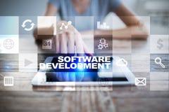 Programvaruutveckling på den faktiska skärmen Applikationer för affär programmering arkivbilder