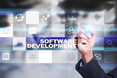 Programvaruutveckling på den faktiska skärmen Applikationer för affär programmering arkivfoto