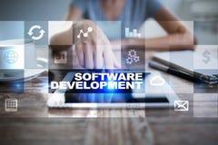 Programvaruutveckling på den faktiska skärmen Applikationer för affär programmering royaltyfri foto