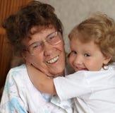 prograndmother внучки счастливое стоковое изображение rf
