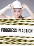 Progrese en muestra de la acción en el cartel de la información, mujer del trabajador Foto de archivo libre de regalías