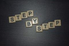 Progresión gradual de las letras de la teja en un fondo negro Del concepto para las iniciativas del negocio, personales u otras p fotografía de archivo