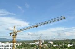 Progreso de funcionamiento de la grúa y del edificio, emplazamiento de la obra Foto de archivo libre de regalías
