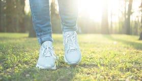 Progression dans des chaussures bonnes pour le fonctionnement Photographie stock libre de droits