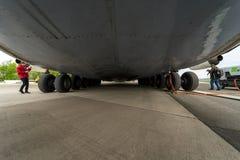 Progresso D-18T dos Turbofans do avião de passageiros estratégico Antonov An-225 Mriya por Antonov Airlines Imagem de Stock