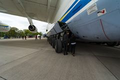 Progresso D-18T dos Turbofans do avião de passageiros estratégico Antonov An-225 Mriya por Antonov Airlines Foto de Stock