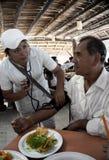 Progresso México enero de 2015: Un estudiante de medicina que comprueba la presión arterial Imágenes de archivo libres de regalías