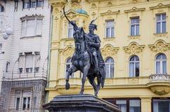 Prohíba el monumento de Jelacic en el cuadrado de ciudad central de Zagreb La más vieja construcción derecha aquí fue construida  Imágenes de archivo libres de regalías