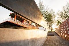 Prohíba el parque conmemorativo del tsunami de Nam Khem en el tiempo de la puesta del sol, recuerda bot foto de archivo libre de regalías