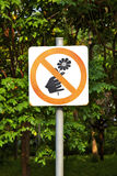 Prohíba la señal y el árbol imagenes de archivo