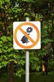 Prohíba la señal y el árbol imagen de archivo