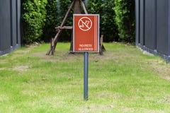 Prohíba los perros firman adentro el jardín público concepy imágenes de archivo libres de regalías