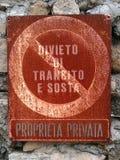 Prohibición aherrumbrada de la propiedad privada de la placa del tránsito y del estacionamiento Imagen de archivo libre de regalías