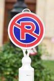 Prohibición de la señal de tráfico en el estacionamiento Ningún estacionamiento Fotografía de archivo libre de regalías