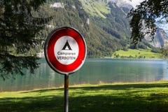 Prohibicja szyldowy Campieren Verboten alps Szwajcaria Obraz Royalty Free